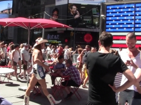 Hot-Summer-Day-At-Times-Square--4